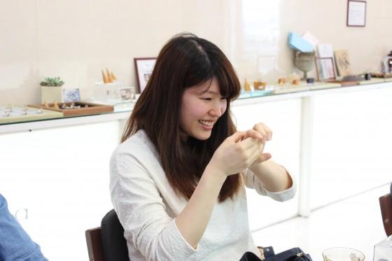 婚約指輪をもらった彼女の笑顔